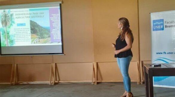 Investigación - Yatay - Mujer hace presentación
