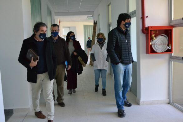 Alina Francisconi y Guillermo López recorriendo la Facultad de Bromatología