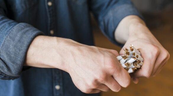 Día-contra-el-humo-de-tabaco_Persona-rompiendo-cigarrillos