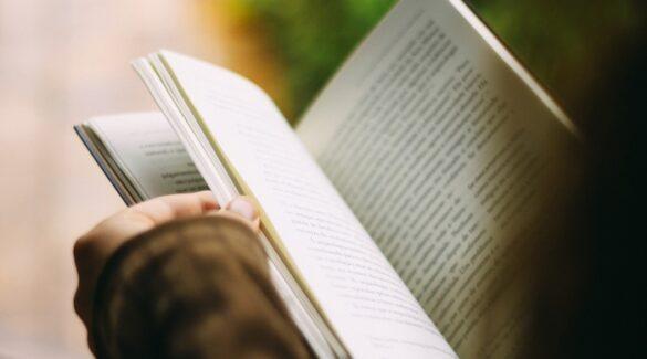 Estudiante-leyendo-libro