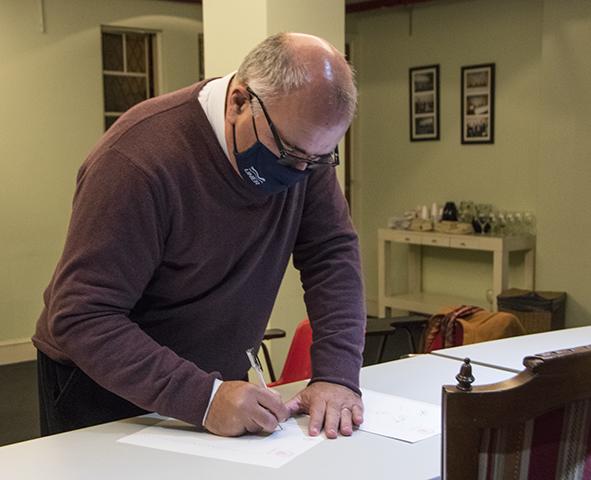 Juan-Kamlofsky-firmando-convenio
