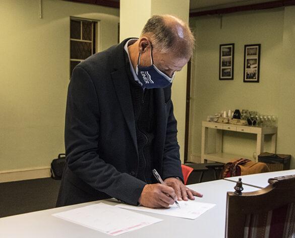 Rector-UNER-firmando-convenio