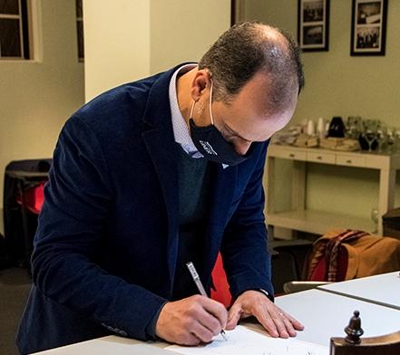 Secretario-de-Ciencia-y-Tecnología-firmando-convenio