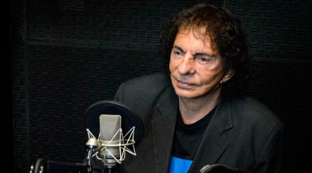 Alejandro Dolina en un estudio de radio