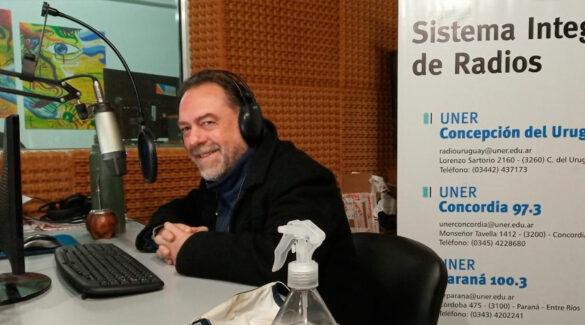 Alex Marinucci sonriendo a cámara en el estudio de Radio Uner Concordia.