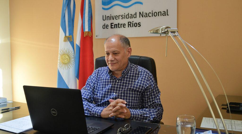 Andrés Sabella en su oficina de Rectorado, frente a una laptop.
