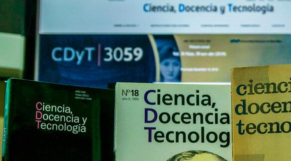 Tres revistas de Ciencia, Docencia y Tecnología con la web de fondo en una pantalla.