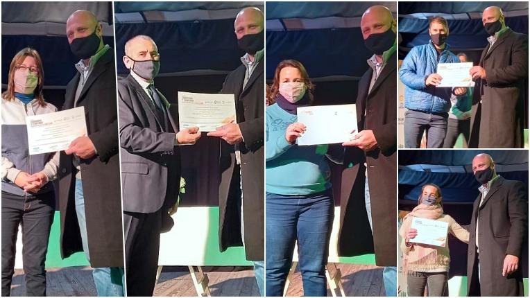 Secretario_de_Extensión_entregando_certificados_de_ciudadania_y_territorio