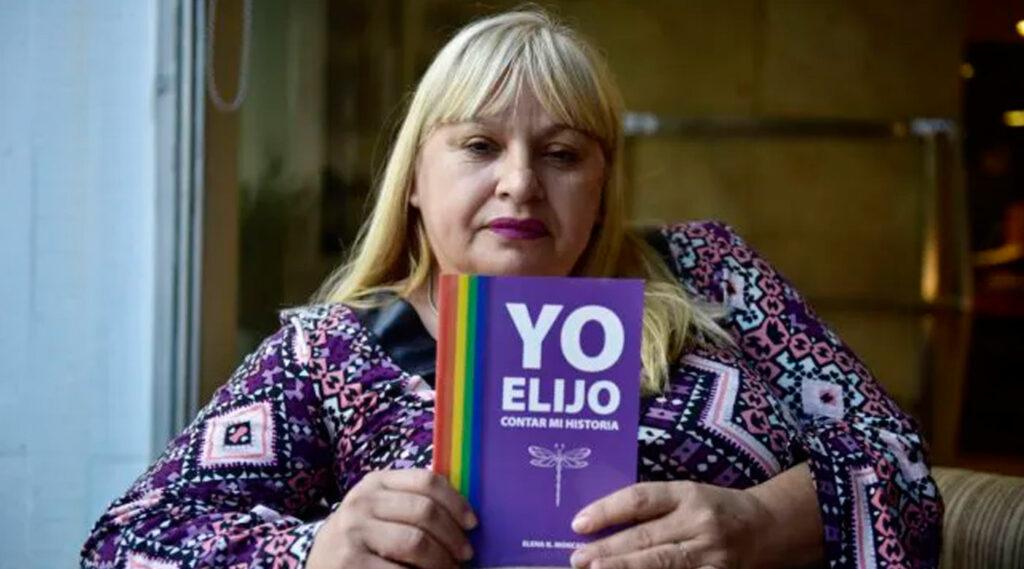Elena Moncada posando junto a su libro