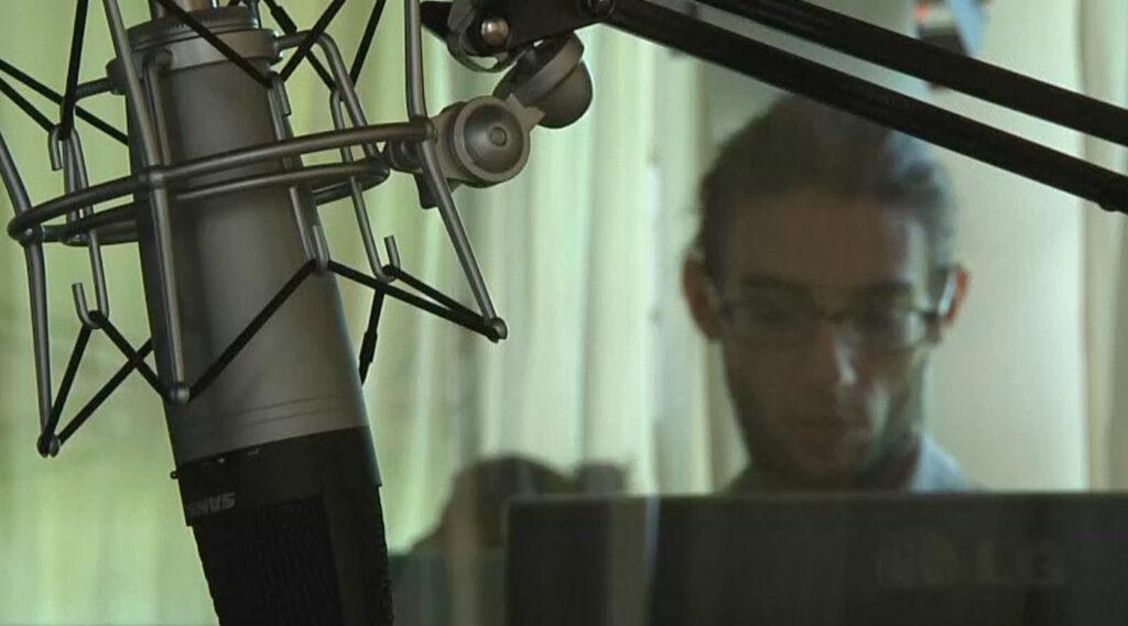 micrófono omnidireccional en primer plano con operador radial de fondo