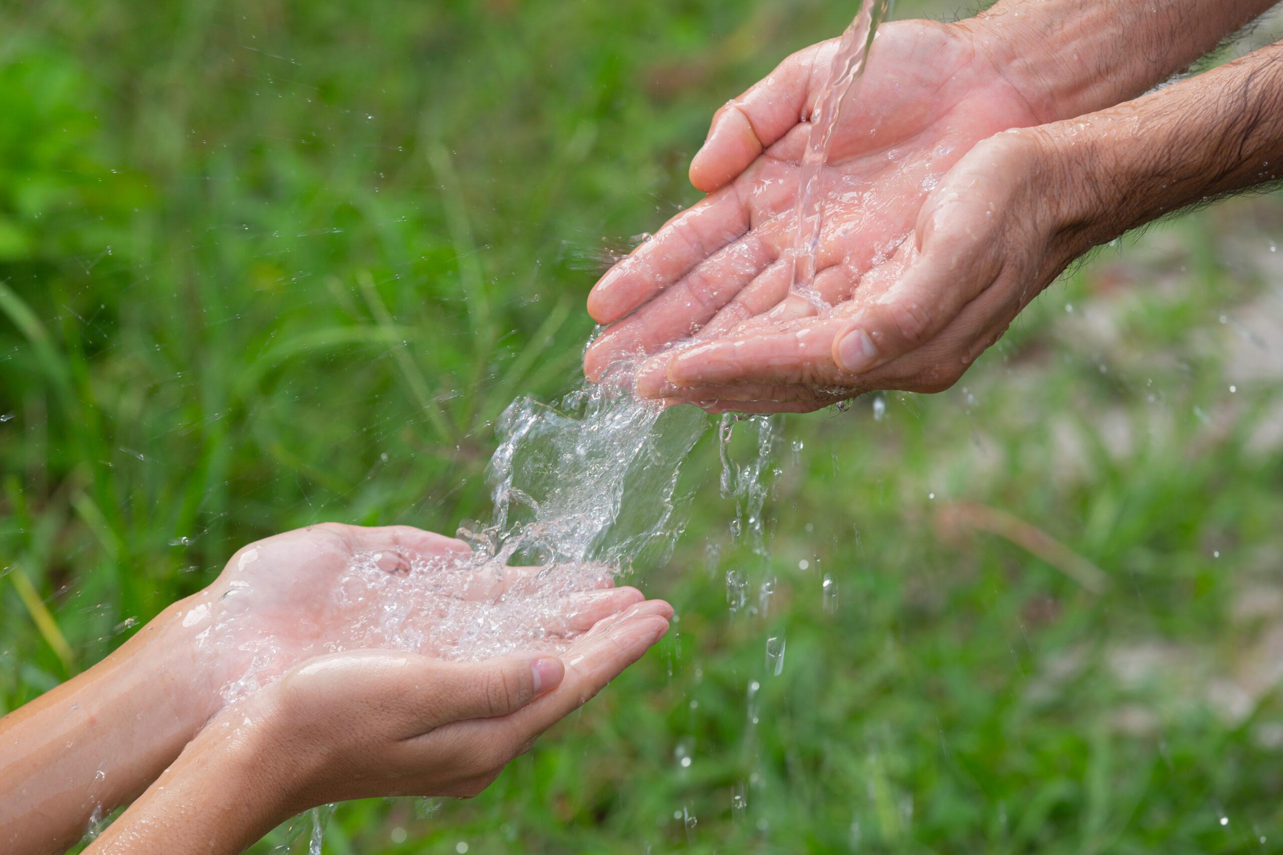 Manos_agua_aire_libre