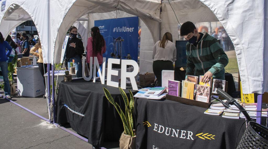 Foto panorámica del stand de UNER en la feria El Becario te Muestra 2021.