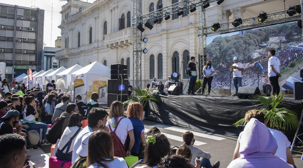 Público observa el escenario armado en Plaza Mansilla para la feria El Becario te Muestra 2021.