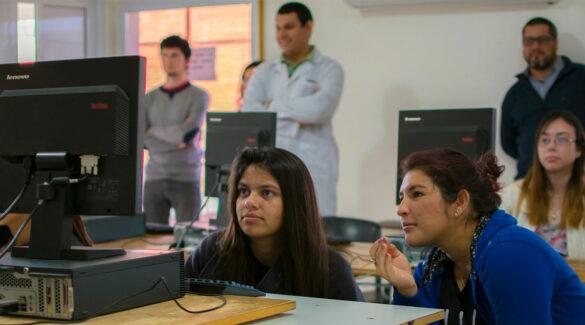 Estudiantes observan una pantalla de computadora en un aula de la Facultad de Ciencias de la Salud.