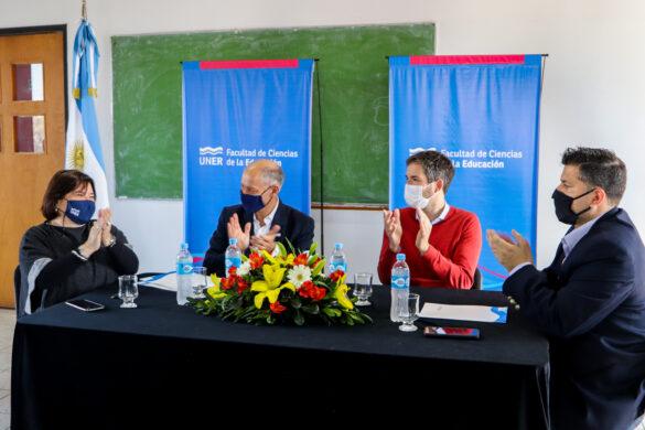Decana de FCEDU, rector de la UNER, titular del CGE e intendente de Feliciano celebrando el convenio