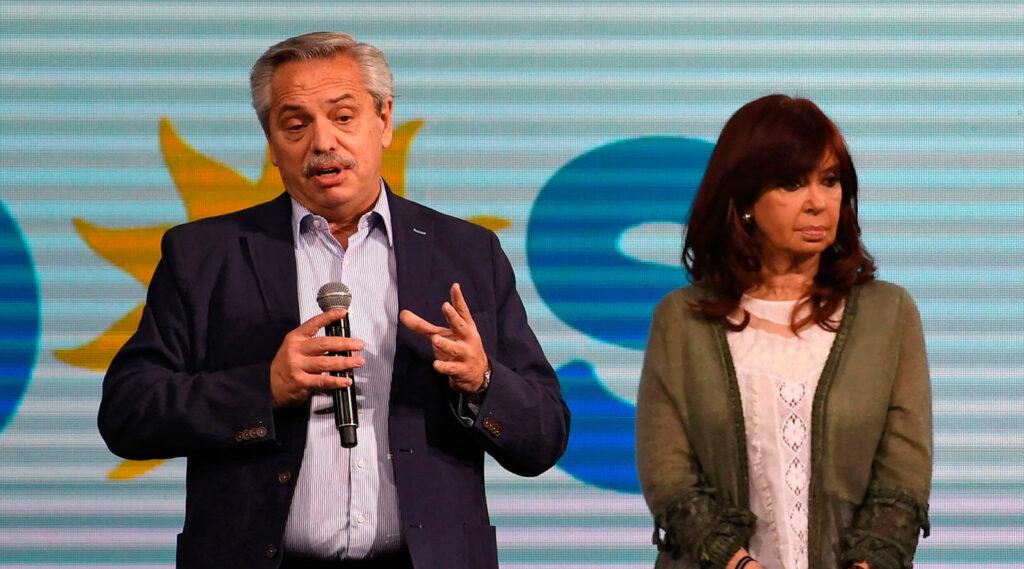 Alberto Fernández se dirige al público tras la derrota del oficialismo en las elecciones PASO de septiembre. De fondo se observa a Cristina Fernández de Kirchner,con un rictus serio.
