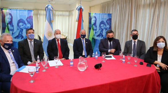 Autoridades sentadas detrás de una mesa, en la presentación del Congreso.