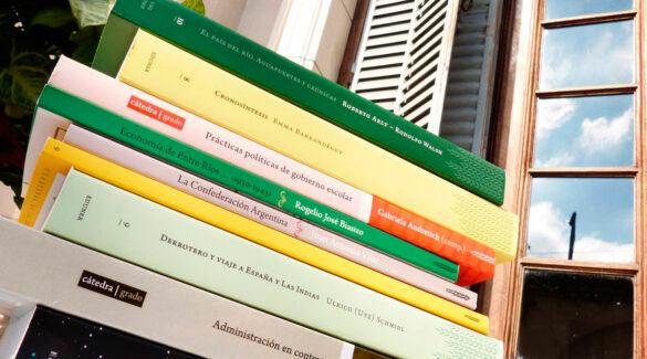 Libros de Eduner apilados en alféizar de la Casa de la UNER.