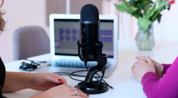dos mujeres grabando un podcast