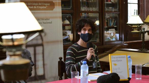 Alexis Chausosky, de Editorial Eduner, en la presentación del libro en la biblioteca del Colegio Nacional de Concepción del Uruguay.