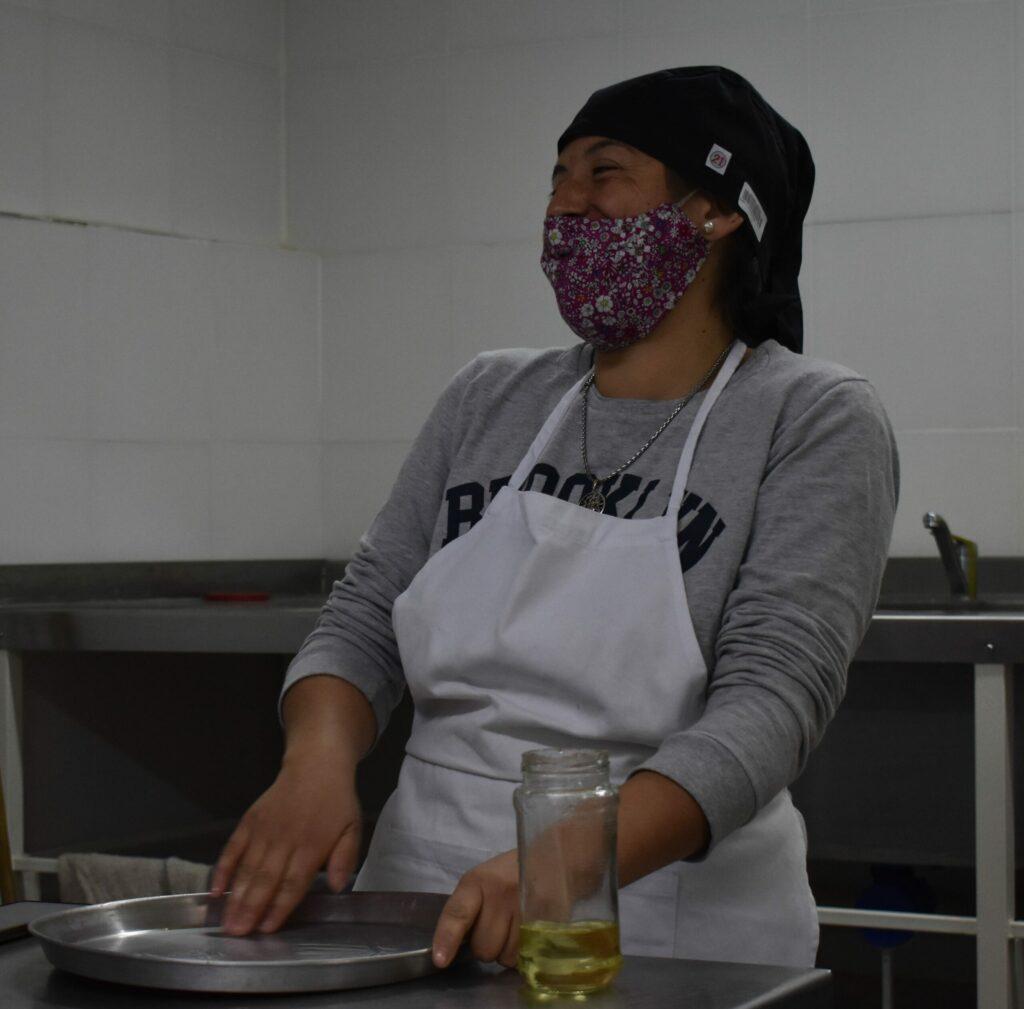 mujer_rie_laboratorio_FCAL