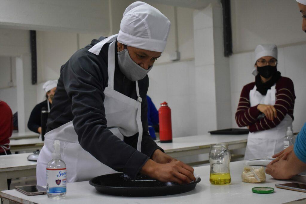 mujeres_cocinando_en_laboratorio_de_FCAL_3
