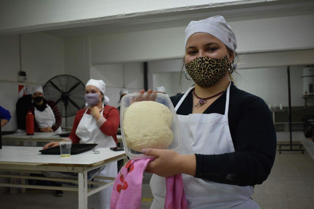 mujer_sostiene_preparación_de_comida_FCAL
