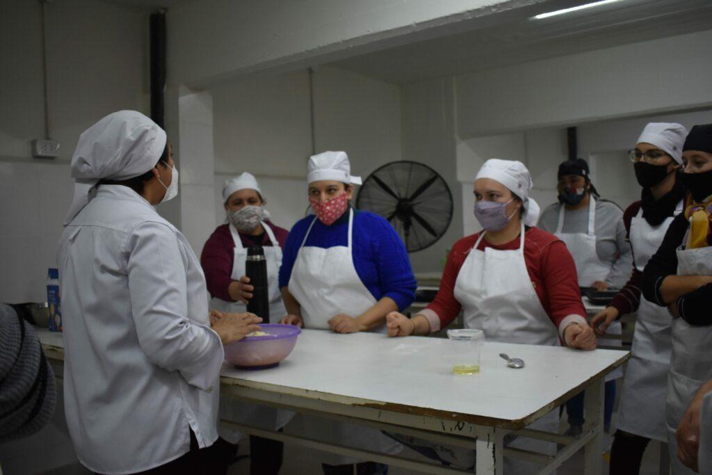 mujeres_cocinando_en_laboratorio_de_FCAL_2