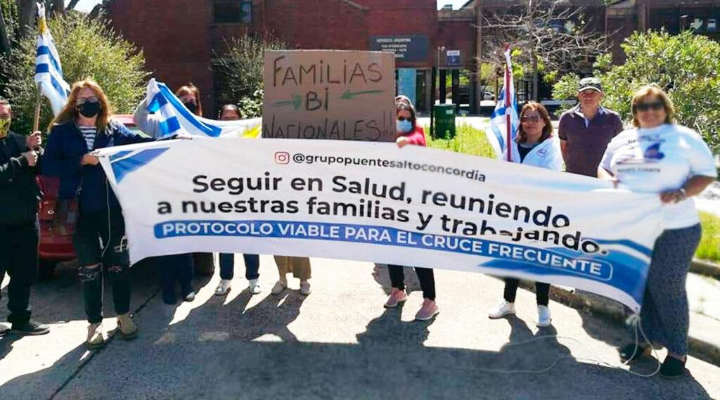 Integrantes del Grupo Puente Salto- Concordia posando con una bandera durante un reclamo.