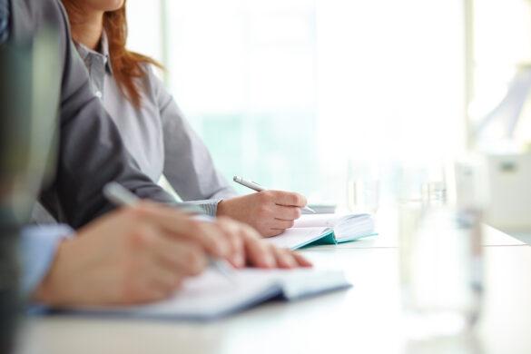 personas_escribiendo_en_capacitacion