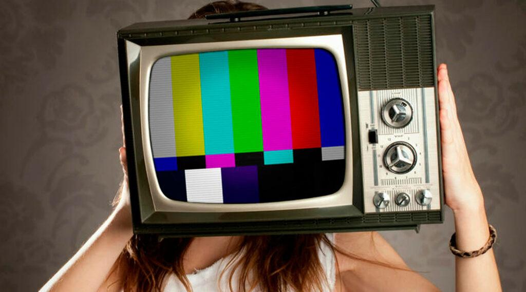 Montaje de mujer con cabeza de antiguo televisor con señal de ajuste